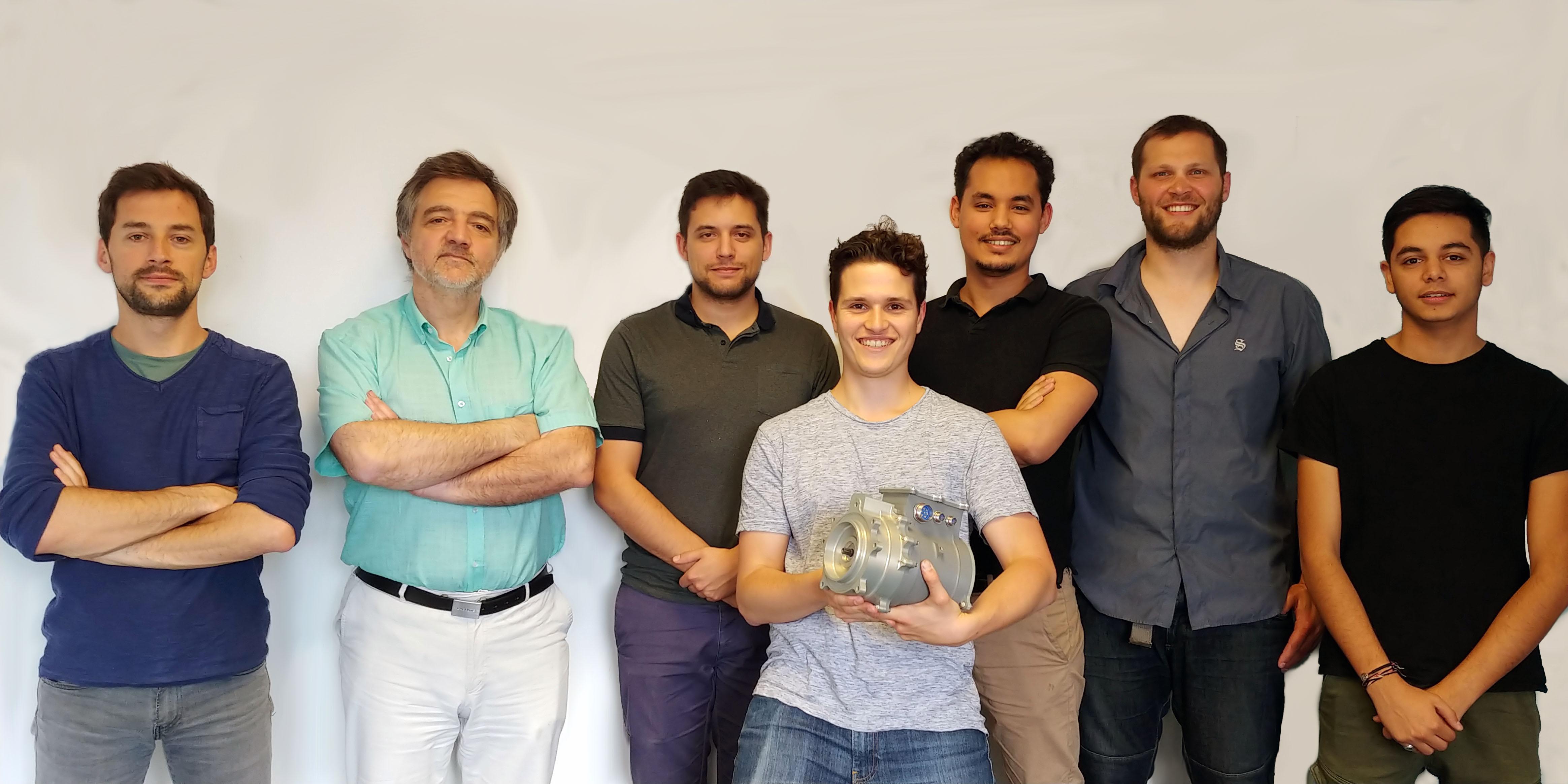 De gauche à droite : Ioav RAMOS, Bertrand NOGAREDE, Alexandre GIRAUD, Maxime NOMDEDEU avec un actionneur THSA (Trimmable Horizontal Stabilizer Actuator), Reda ABDOUH, Martin CRONEL, Kaviraj BABOULAL (stagiaire en GEII)